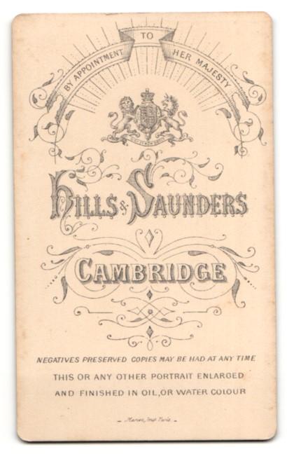 Fotografie Hills Saunders, Cambridge, alte Dame mit Halstuch und Kopfbedeckung 1