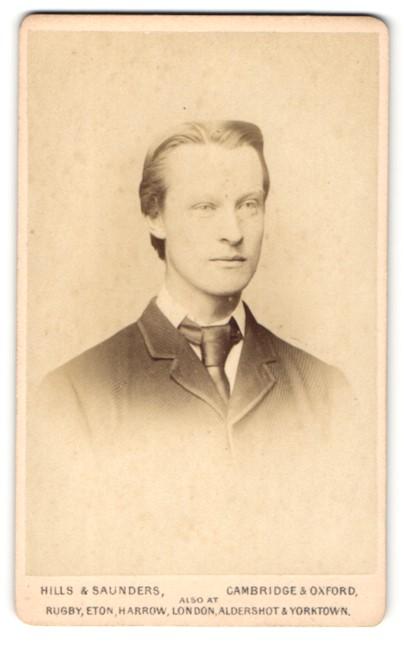 Fotografie Hills & Saunders, Cambridge, Mann im Anzug mit Binder 0