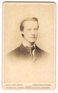 Fotografie Hills & Saunders, Cambridge, Mann im Anzug mit Binder