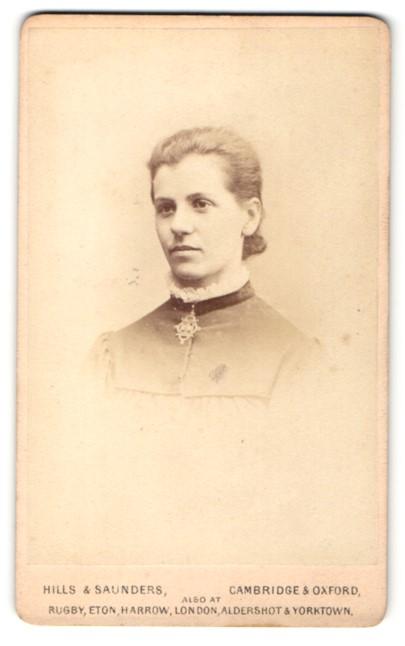 Fotografie Hills & Saunders, Cambridge, Frau mit auffälliger Brosche am Halsband 0