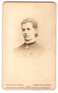 Fotografie Hills & Saunders, Cambridge, Frau mit auffälliger Brosche am Halsband