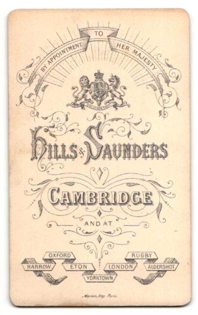 Fotografie Hills & Saunders, Cambridge, Frau mit auffälliger Brosche am Halsband 1