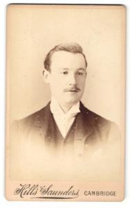 Fotografie Hills & Saunders, Cambridge, Mann im Anzug mit schmalem Oberlippenbart