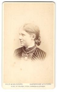 Fotografie Hills & Saunders, Cambridge, Frau mit geflochtenem Zopf und breiter Halskette
