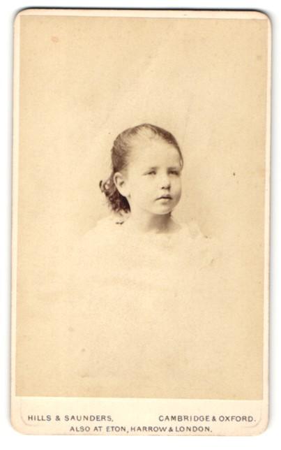 Fotografie Hills & Saunders, Cambridge, kleines Mädchen mit Pausbäckchen und nach hinten gebundenen Haaren 0