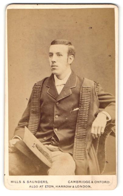 Fotografie Hills & Saunders, Cambridge, Mann im Anzug mit Mantel sitzend 0