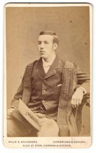 Fotografie Hills & Saunders, Cambridge, Mann im Anzug mit Mantel sitzend