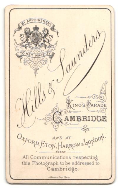 Fotografie Hills & Saunders, Cambridge, Mann im Anzug mit Mantel sitzend 1