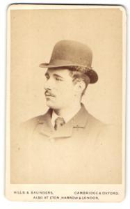 Fotografie Hills & Saunders, Cambridge, Mann im Anzug mit Hut und Binder
