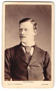 Fotografie Hills & Saunders, Harrow, Mann im Anzug mit Krawatte
