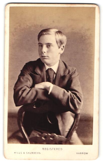 Fotografie Hills & Saunders, Harrow, Junger Mann im Anzug, sitztend 0