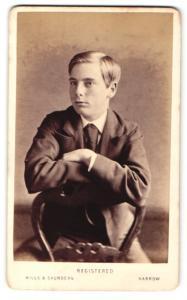Fotografie Hills & Saunders, Harrow, Junger Mann im Anzug, sitztend