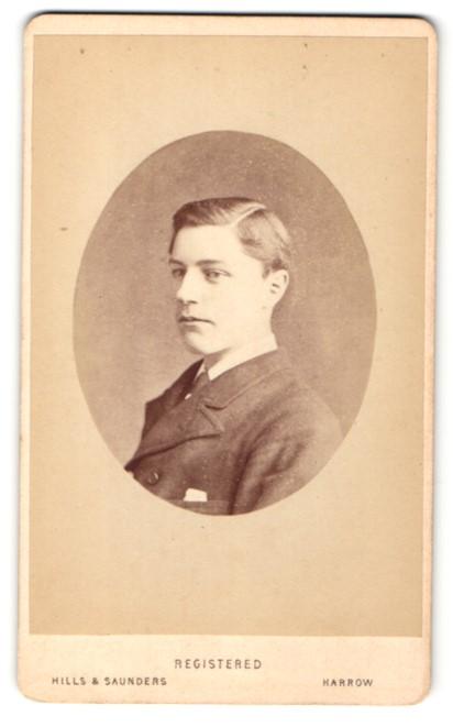 Fotografie Hills & Saunders, Harrow, Mann im Anzug im Seitenprofil 0