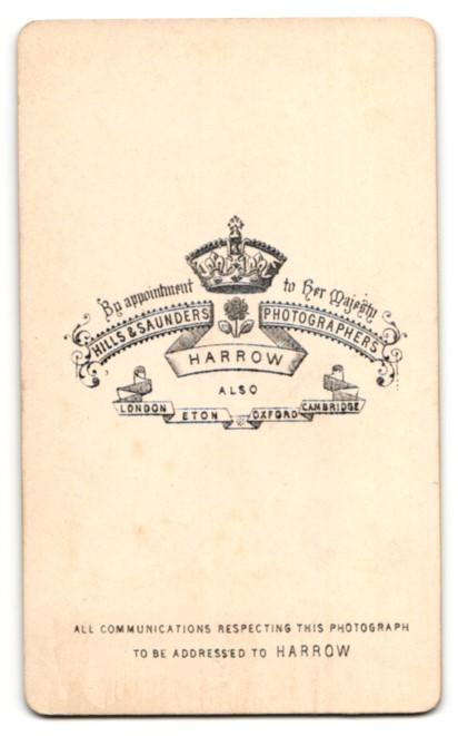 Fotografie Hills & Saunders, Harrow, Mann im Anzug im Seitenprofil 1