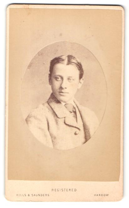 Fotografie Hills & Saunders, Harrow, Mann im Anzug mit Krawatte und Mittelscheitel 0