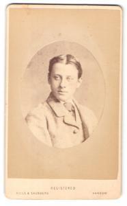 Fotografie Hills & Saunders, Harrow, Mann im Anzug mit Krawatte und Mittelscheitel