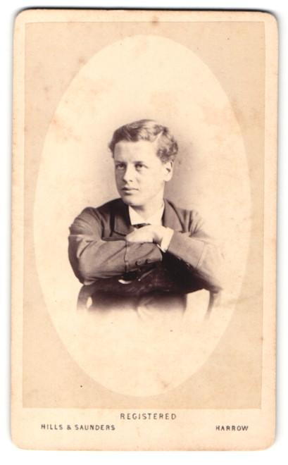 Fotografie Hills & Saunders, Harrow, Mann im Anzug, sitzend 0