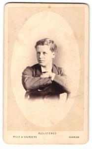 Fotografie Hills & Saunders, Harrow, Mann im Anzug, sitzend