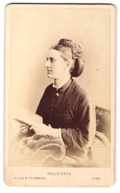 Fotografie Hills & Saunders, Harrow, Frau im Seitenprofil mit Hochsteckfrisur 0