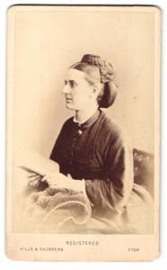 Fotografie Hills & Saunders, Harrow, Frau im Seitenprofil mit Hochsteckfrisur