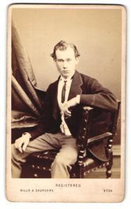 Fotografie Hills & Saunders, Harrow, Mann im Anzug mit Krawatte, sitzend