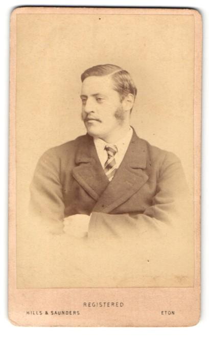 Fotografie Hills & Saunders, Harrow, Mann im Mantel mit Krawatte 0