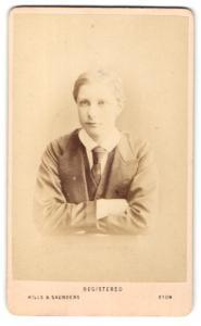 Fotografie Hills & Saunders, Harrow, Junger Mann im Anzug mit Krawatte