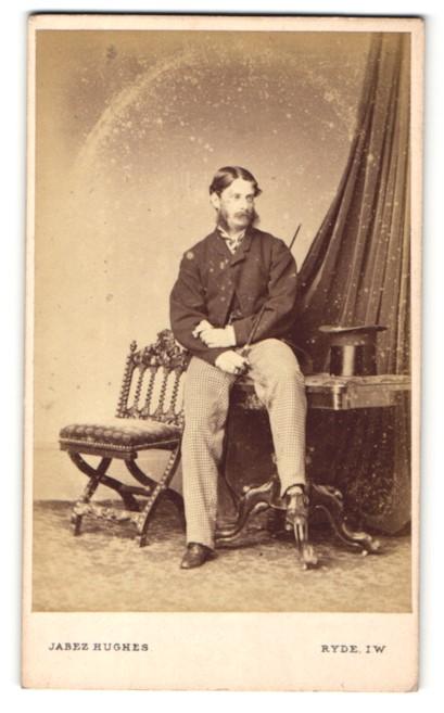 Fotografie Jabez Hughes, Ryde, I. W., Mann mit Backenbart und Hut, sitzend 0