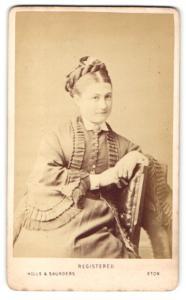 Fotografie Hills & Saunders, Eton, Frau mit Hochsteckfrisur, sitzend