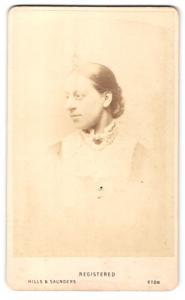Fotografie Hills & Saunders, Eton, Frau im Seitenprofil mit zurückgesteckten Haaren
