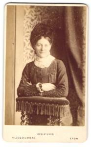 Fotografie Hills & Saunders, Eton, Frau im Federhut mit Schal