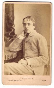 Fotografie Hills & Saunders, Eton, Junger Mann im Anzug, sitzend
