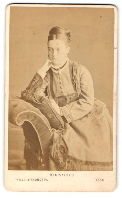 Fotografie Hills & Saunders, Eton, Frau im Kleid mit Hochsteckfrisur 0