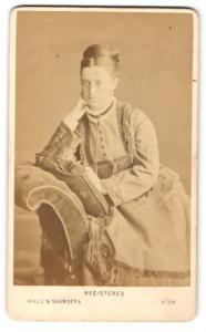 Fotografie Hills & Saunders, Eton, Frau im Kleid mit Hochsteckfrisur