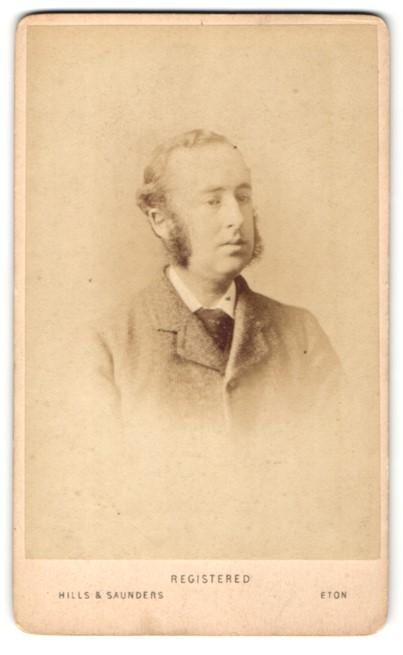 Fotografie Hills & Saunders, Eton, Mann mit Backenbart im Anzug und Krawatte 0
