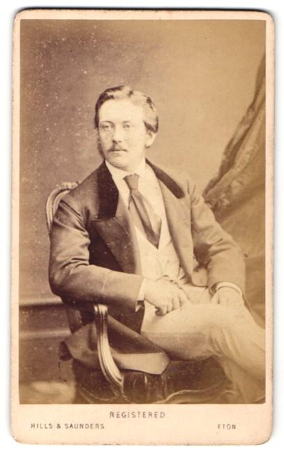 Fotografie Hills & Saunders, Eton, Mann im Anzug mit Krawatte, sitzend 0