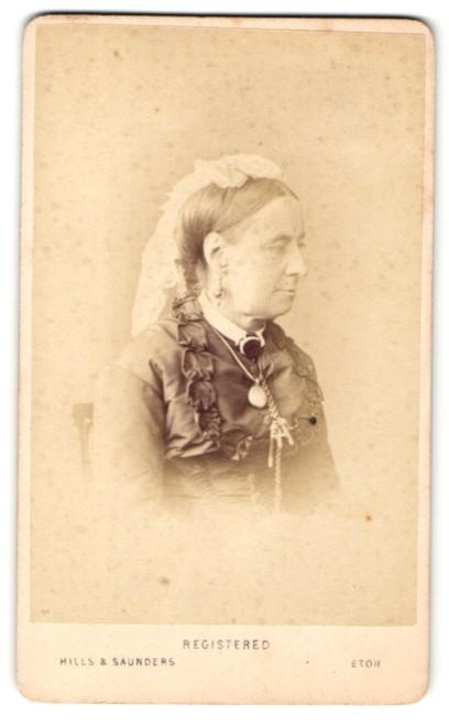 Fotografie Hills & Saunders, Eton, Frau im Seitenprofil im Schleier 0