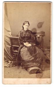 Fotografie Hills & Saunders, Eton, Frau im langen Kleid sitzt mit Buch