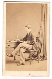 Fotografie Hills & Saunders, Eton, Junger Mann schreibt mit Feder, sitzend