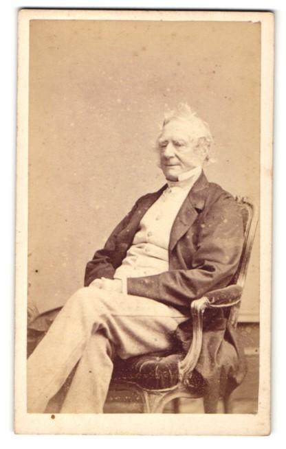 Fotografie Hills & Saunders, Eton, Älterer Mann im Anzug, sitzend 0