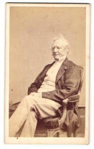 Fotografie Hills & Saunders, Eton, Älterer Mann im Anzug, sitzend