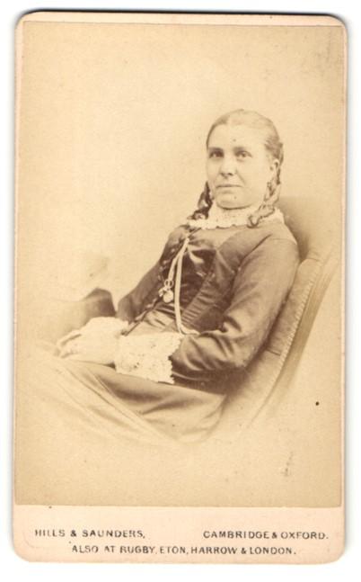 Fotografie Hills & Saunders, Cambridge, Frau mit Hochsteckfrisur, sitzend 0