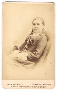 Fotografie Hills & Saunders, Cambridge, Frau mit Hochsteckfrisur, sitzend
