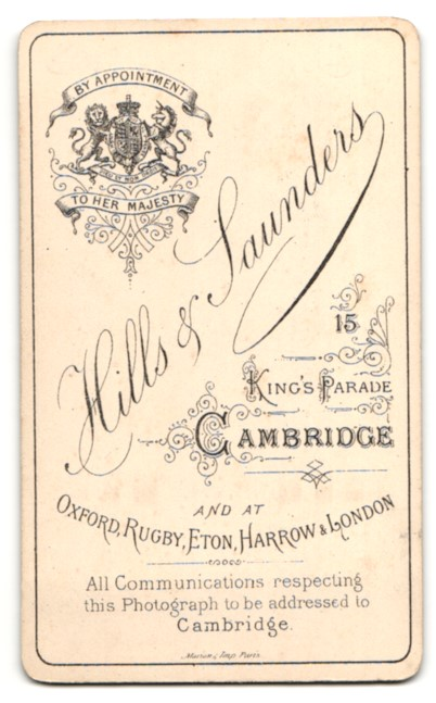 Fotografie Hills & Saunders, Cambridge, Frau mit Hochsteckfrisur, sitzend 1