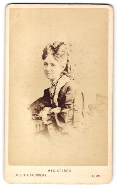 Fotografie Hills & Saunders, Eton, Portrait lächelnde Dame mit Hochsteckfrisur 0