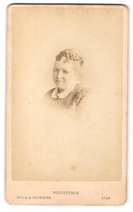 Fotografie Hills & Saunders, Eton, Portrait Dame mit Flechtfrisur
