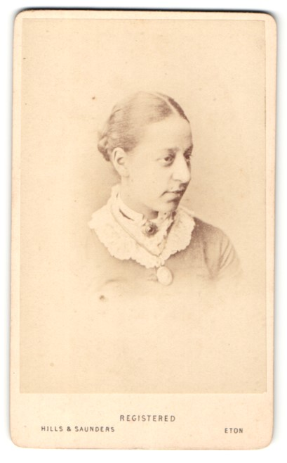 Fotografie Hills & Saunders, Eton, Portrait Dame mit Dutt und Brosche 0