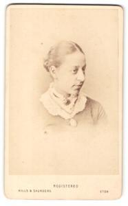 Fotografie Hills & Saunders, Eton, Portrait Dame mit Dutt und Brosche