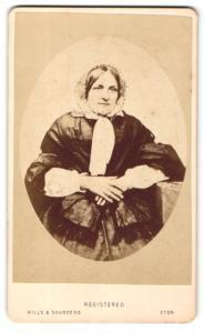 Fotografie Hills & Saunders, Eton, Portrait Dame mit Haube
