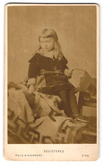 Fotografie Hills & Saunders, Eton, Portrait niedliches Mädchen mit Flechtkorb 0